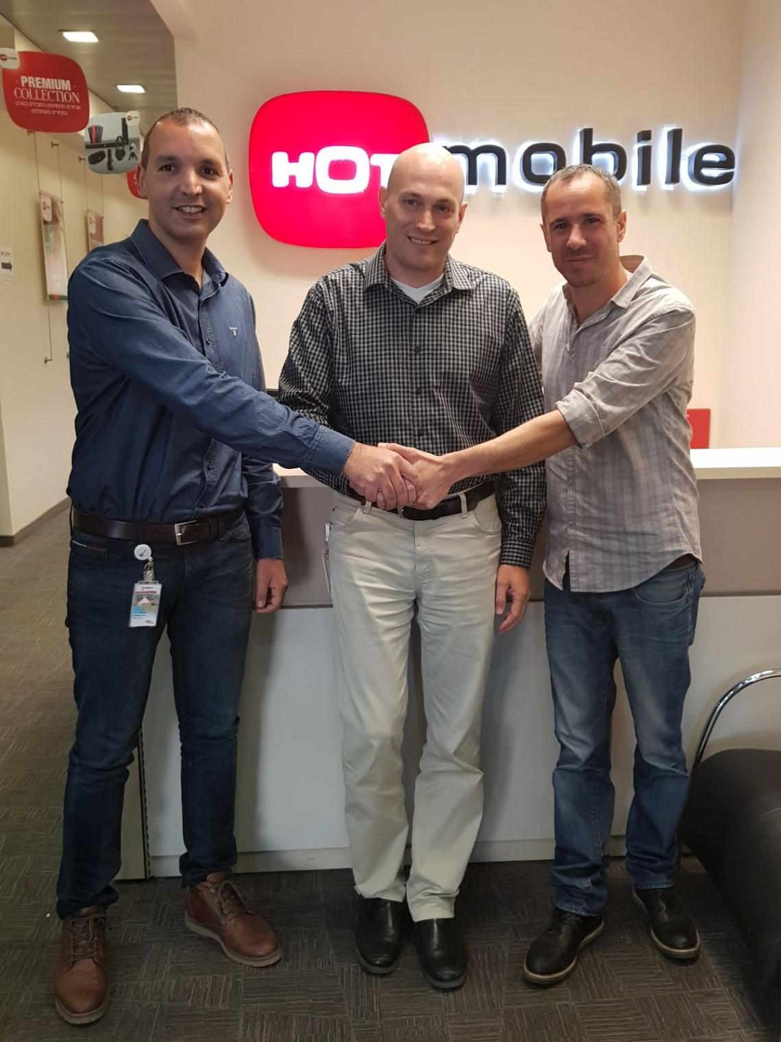 """ימין לשמאל: יו""""ר איגוד עובדי סלולר יקי חלוצי, מנכ""""ל HOT mobile אסף עופר ויו""""ר ועד העובדים בחברה אופיר בר גיל"""