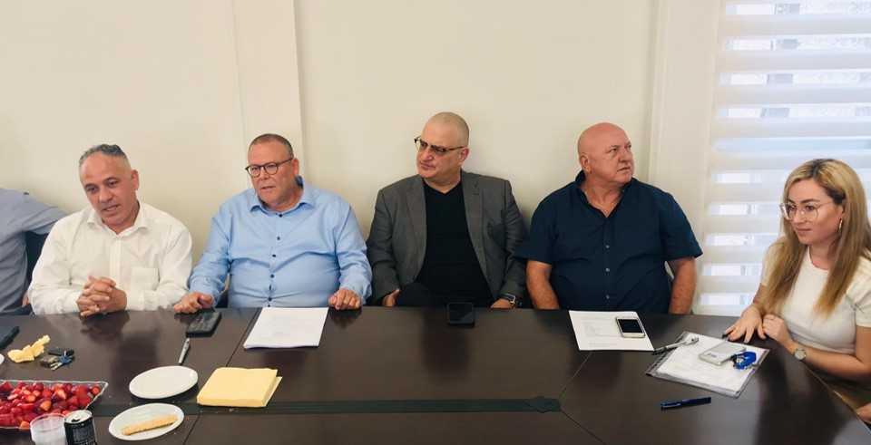 מעמד חתימת ההסכם: ג'ני שוד (מימין), מאיר בן גוזי, אבי יחזקאל, ארנון בר-דוד, חיים שייב
