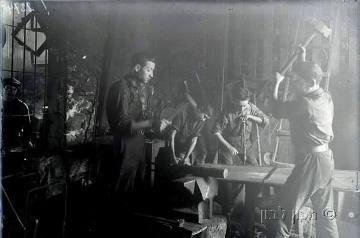 פועלים במפעל המתכת עמל בחיפה. באדיבות מכון לבון.