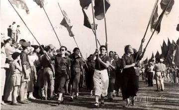 אחד במאי - פועלות במצעד תל אביב נושאות את דגלי הלאום. באדיבות מכון לבון.
