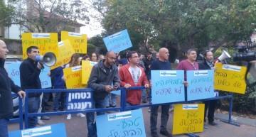 הפגנת עובדי טבע מול ביתו של חמי פרס